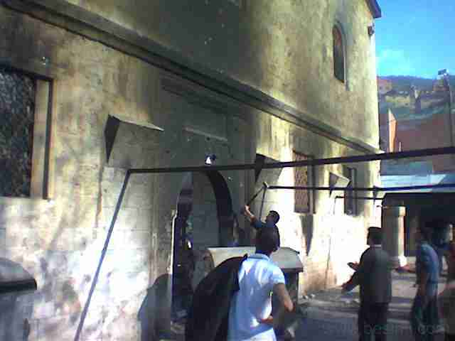 Ničení katedrály sv. Jiří v roce 2004 albánskými extrémisty. (zdroj: http://www.pravoslav.or.cz/jugoslav/besimi)