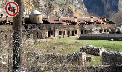 Vypálený monastýr (klášter) sv. Archandělů poblíž Prizreni. Němečtí vojáci monastýr nebránili, pouze řekli, že mnichy mohou evakuovat.